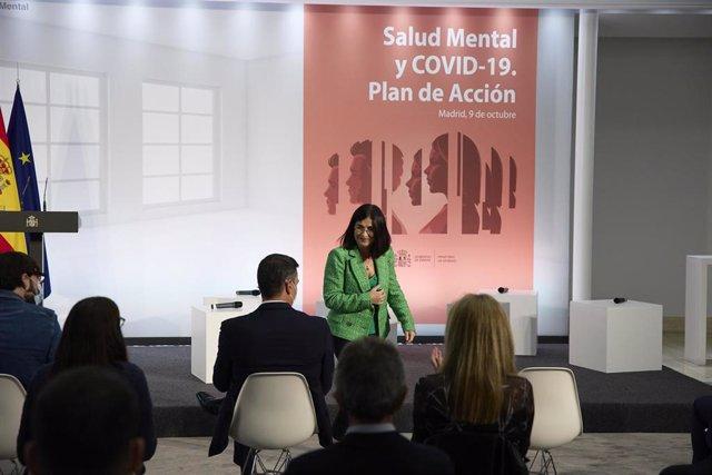 La ministra de Sanidad, Carolina Darias (d), mira al presidente del Gobierno, Pedro Sánchez (i), en el acto institucional 'Salud Mental y COVID-19', en el Palacio de la Moncloa, a 9 de octubre de 2021, en Madrid (España).