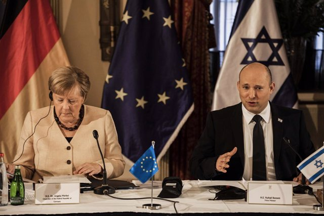 10 October 2021, Israel, Jerusalem: German Chancellor Angela Merkel (L) and Israeli Prime Minister Naftali Bennett attend the weekly Israeli Cabinet meeting as part of her two-day visit to Israel. Photo: Ilia Yefimovich/dpa