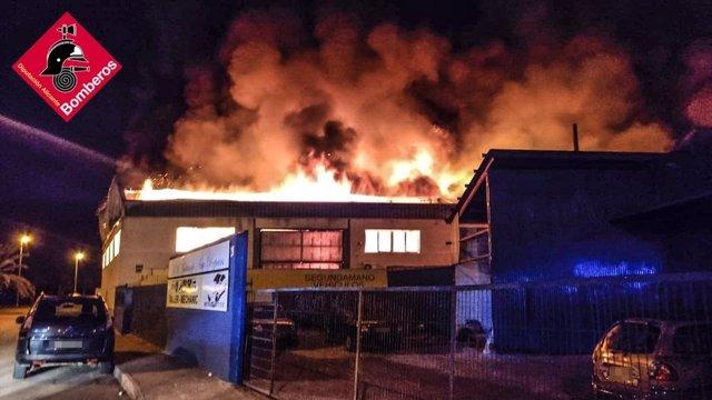 Incendio en una nave industrial en Catral