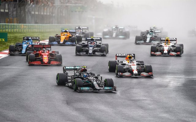 77 BOTTAS Valtteri (fin), Mercedes AMG F1 GP W12 E Performance, action, start and 33 VERSTAPPEN Max (nld), Red Bull Racing Honda RB16B during the Formula 1 Rolex Turkish Grand Prix 2021, 16th round of the 2021 FIA Formula One World Championship from Octob