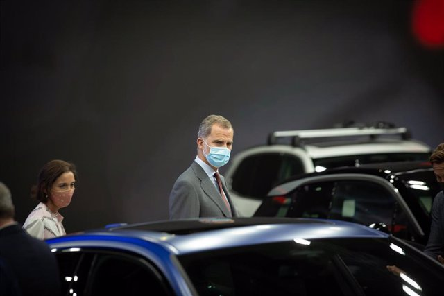 La ministra d'Indústria, Comerç i Turisme i el Rei Felipe VI, en l'Automobile Barcelona