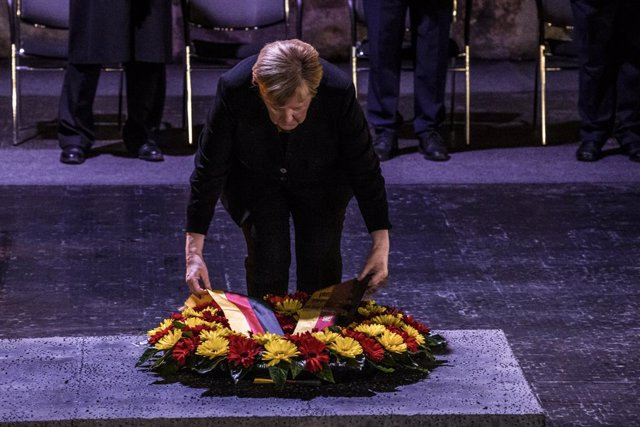 10 October 2021, Israel, Jerusalem: German Chancellor Angela Merkel lays a wreath in the Hall of Remembrance at the Yad Vashem Holocaust memorial museum. Photo: Ilia Yefimovich/dpa