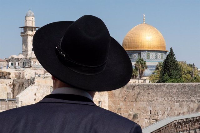 Archivo - Arxiu - Un jueu ortodox davant del Mur de les Lamentacions i l'Esplanada de les Mesquites de Jerusalem