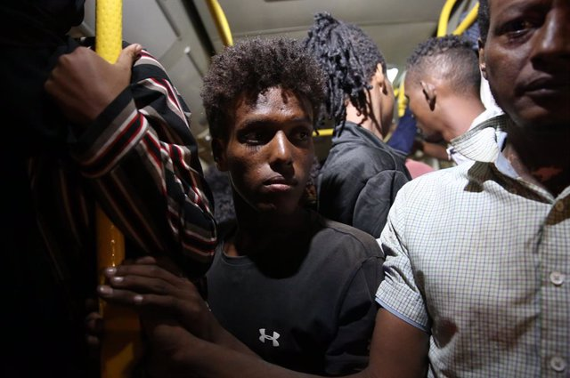 (211008) -- TRIPOLI, Oct. 8, 2021 (Xinhua) -- The asylum-seekers arrested by Libyan authorities are seen on a bus to the immigrant accommodation center in the Gargaresh area of Tripoli, Libya, on Oct. 8, 2021. The United Nations High Commissioner for Refu