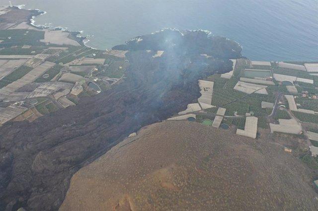 Imatge des de l'aire de la bugada del volcà de la Palma i del delta format després d'arribar la lava al mar