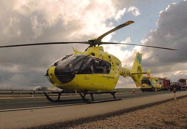 Archivo - Sucesos.- Evacuado en helicóptero un motorista tras una colisión con un turismo en Pedro Bernardo (Ávila)