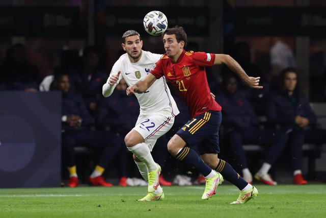 10 October 2021, Italy, Milan: Spain's Mikel Oyarzabal (R) and France's Theo Hernandez battle for the ball during the UEFANations League final soccer match between Spain and France at San Siro Stadium. Photo: Jonathan Moscrop/CSM via ZUMA Wire/dpa