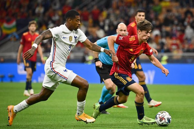 10 October 2021, Italy, Milan: Spain's Gavi (R) and France's Presnel Kimpembe battle for the ball during the UEFANations League final soccer match between Spain and France at San Siro Stadium. Photo: Massimo Paolone/LaPresse via ZUMA Press/dpa