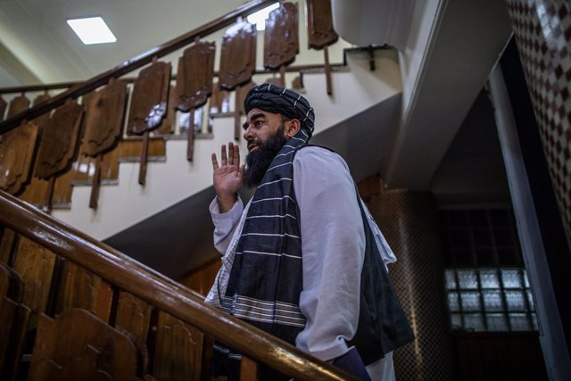 21 September 2021, Afghanistan, Kabul: Taliban government spokesman Zabihullah Mujahid waves as he leaves after a news conference in Kabul. Further ministers and deputies were named as part of the Taliban interim government, none of them are women. Photo: