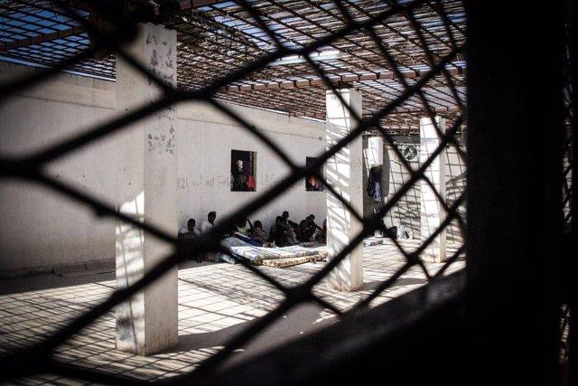Archivo - Migrantes y refugiados en un centro de detención en Libia