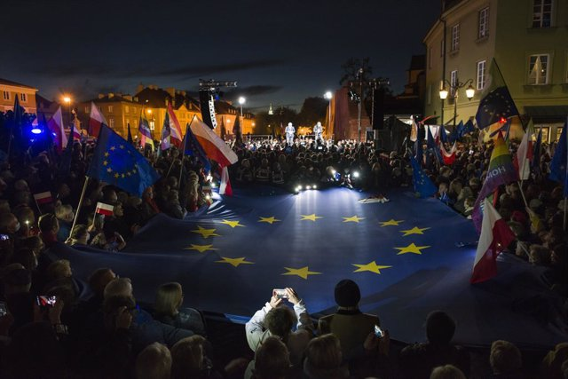 10 October 2021, Poland, Warsaw: Protesters hold EU and Polish flags during the pro-EU rally to show support for the European Union after the constitutional court ruled earlier this week that the Polish constitution overrides EU laws. Photo: Attila Husejn