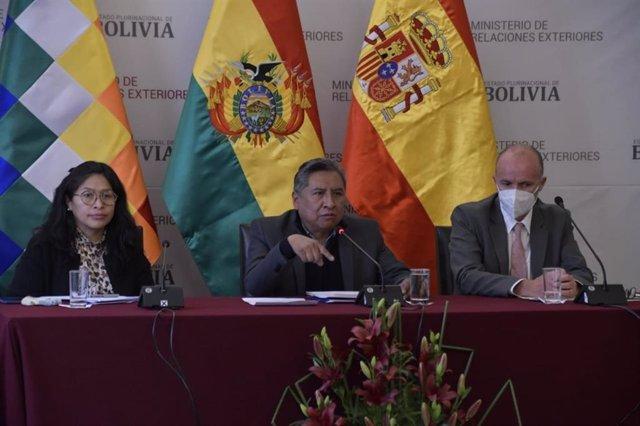 Archivo - La viceministra boliviana de Gestión Institucional y Consular, Eva Chuquimia; el ministro de Exteriores de Bolivia, Rogelio Mayta, y el embajador de España en Bolivia, Francisco Javier Gassó.