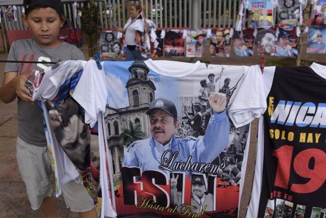 Archivo - Camisetas con la imagen de Daniel Ortega en Managua, Nicaragua