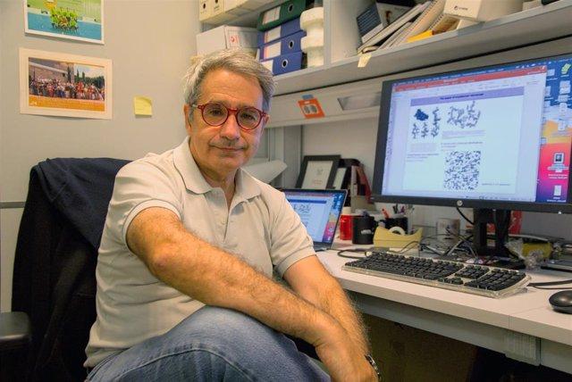 José María Valpuesta en su despacho del CNB-CSIC.
