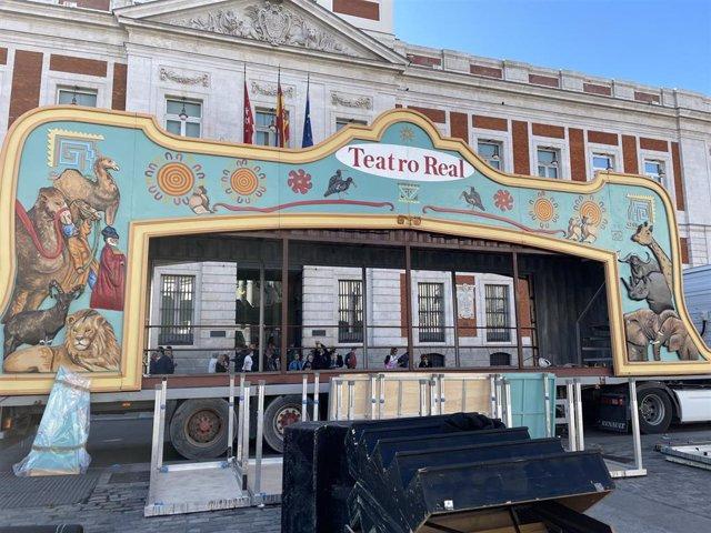 El Teatro Real participa por primera vez en el Día de la Hispanidad con su carroza itinerante
