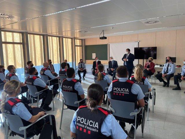 El conseller d'Interior Joan Ignasi Elena dona la benvinguda als nous agents de Mossos d'Esquadra