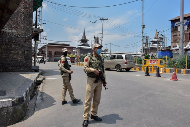 Archivo - 05 August 2021, India, Srinagar: Soldiers stand alert after an explosion took place near the Grand Mosque on the second anniversary of the abrogation of autonomous status and statehood in Srinagar. No losses of life or injury were reported, offi