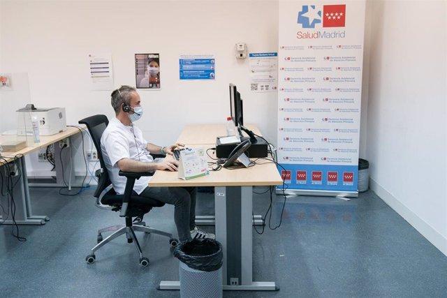 Archivo - Un rastreador trabaja en la Unidad de Atención Covid de la Dirección Asistencial Sureste, a 10 de agosto de 2021, en Madrid (España).