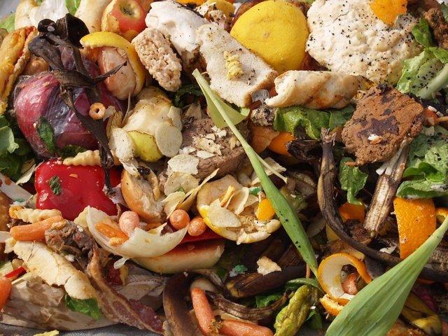 Archivo - Desperdicio de alimentos. Comida en la basura.