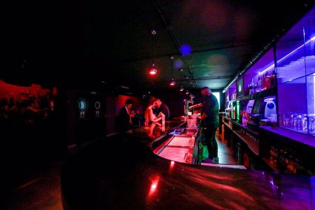 Varias personas en la barra de una discoteca de Madrid, a 8 de octubre de 2021