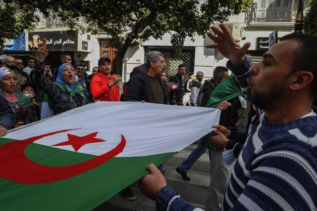 Archivo - 05 March 2021, Algeria, Algiers: Algerian demonstrators hold a national flag as they march during an anti-government protest as part of a renewed momentum to the mass demonstrations, commonly known as the Hirak Movement, that pushed long-time ru