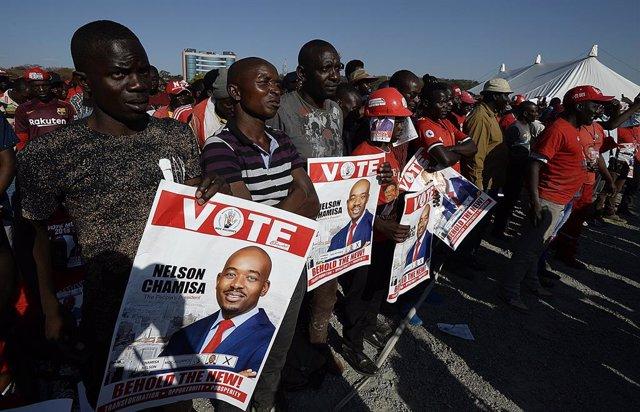 Archivo - Seguidores del líder opositor de Zimbabue, Nelson Chamisa, quien encabeza el Movimiento para el Cambio Democrático (MDC)