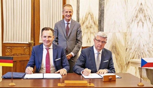 Herbert Diess, presidente del Consejo de Administración del Grupo Volkswagen y el viceprimer ministro checo y ministro de Industria, Comercio y Transporte, Karel Havlícek.