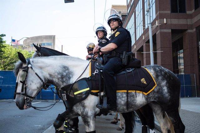 Policías a caballo en Dayton, Ohio