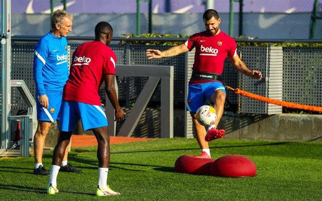 Ousmane Dembélé y Sergio 'Kun' Agüero entrenan con el FC Barcelona, en octubre de 2021, en sus respectivos proceses de recuperación