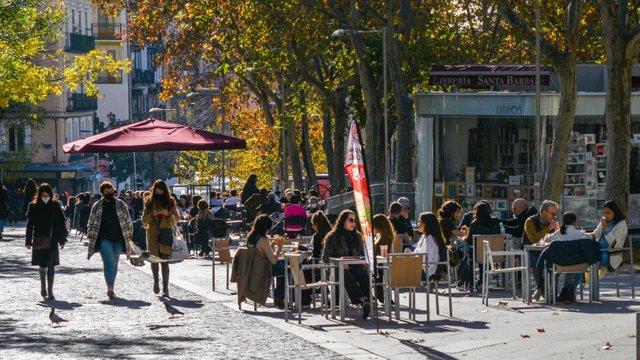 Archivo - Gente paseando por Madrid