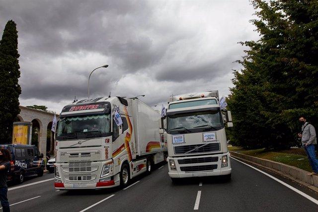 Archivo - Caravana de vehículos y camiones