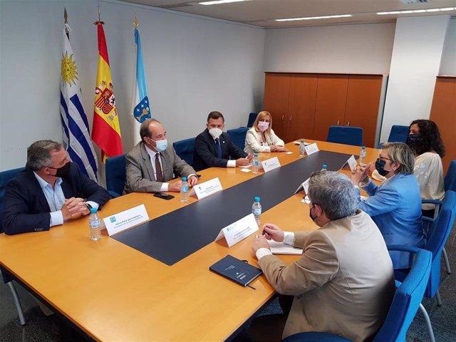 La conselleira do Mar, Rosa Quintana, en una reunión con el cónsul general de Uruguay en Galicia, Ramiro Rodríguez, y con el vicepresidente de la Administración Nacional de Puertos del país latinoamericano, Daniel Loureiro.