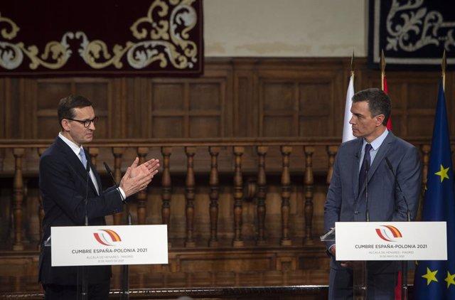 Archivo - El presidente del Gobierno, Pedro Sánchez (d), comparece ante los medios de comunicación junto al primer ministro de la República de Polonia, Mateusz Morawiecki, en la XIII Cumbre hispano-polaca, a 31 de mayo de 2021, en Alcalá de Henares, Madri