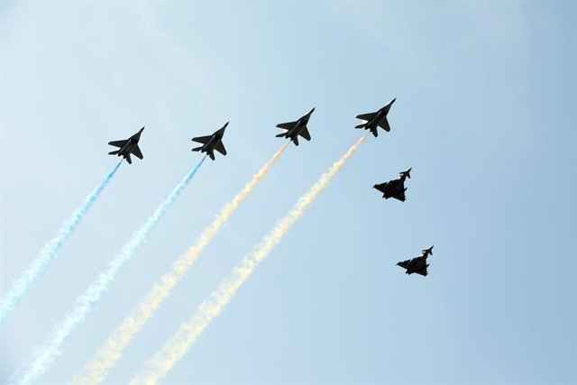 Archivo - 24 August 2021, Ukraine, Kyiv: A squadron if MiG-29 and Eurofighter Typhoon jet fighters performs a flyby during a military parade on the occasion of the 30th anniversary of Independence day of Ukraine. Photo: -/Ukrinform/dpa