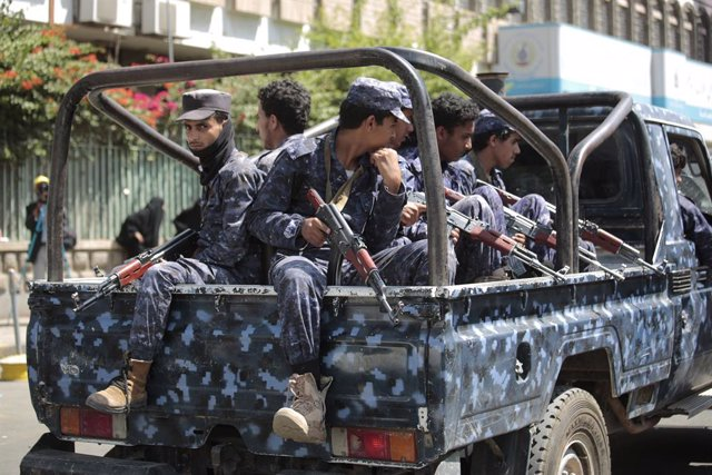 18 September 2021, Yemen, Sanaa: Police troopers guard a street during the execution of nine men convicted for being involved in the assassination of senior Houthi leader Saleh al-Samad before their execution at Tahrir Square in Sanaa. Yemen's Houthi rebe