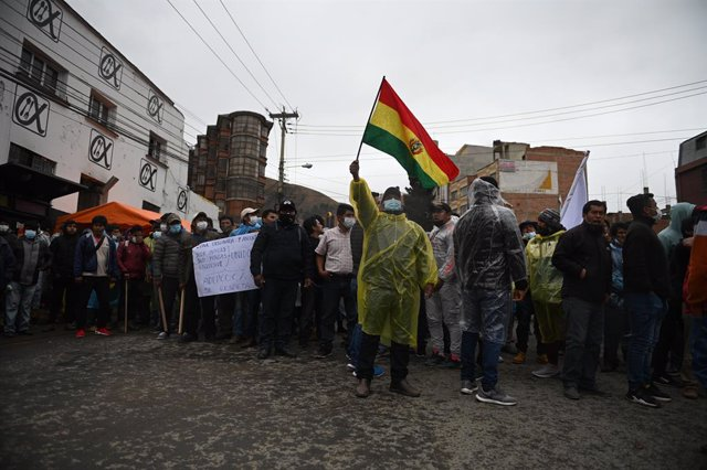 23 September 2021, Bolivia, La Paz: Coca leaf producers take part in a protest near the market controlled by their association. They have lost it to a rival group supported by the government. The struggle for control of the coca leaf market in La Paz has