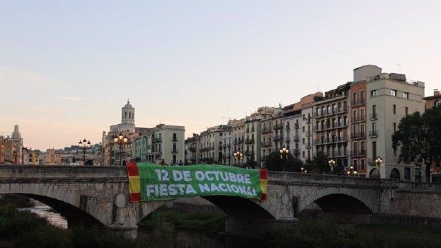 Pancarta de Vox en el Pont de Pedra de Girona