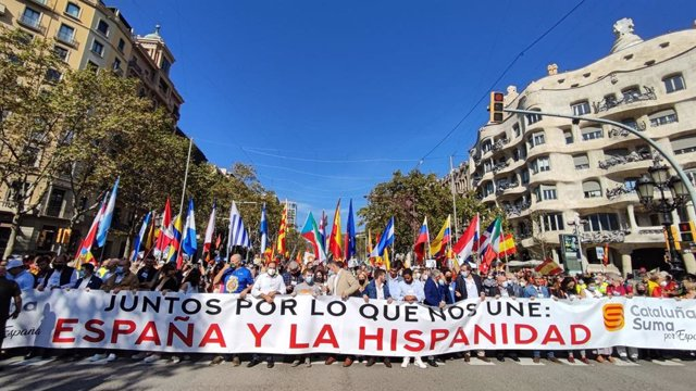Manifestació pel Dia de la Hispanitat en el passeig de Gràcia de Barcelona