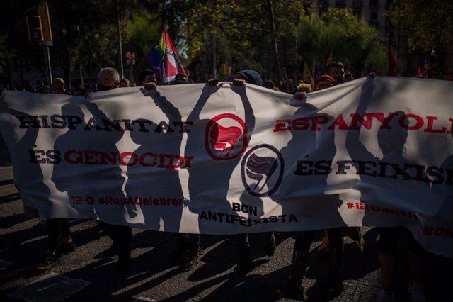 Manifestació '12-O Cap de bestiar a celebrar' convocada per Som Antifeixistes a la plaça Universitat de Barcelona el Dia de la Hispanitat 2021