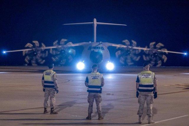 Tres soldados españoles esperan la llegada del primer vuelo con refugiados afganos procedente de Islamabad a 11 de octubre de 2021, en Torrejón de Ardoz, Madrid (España).