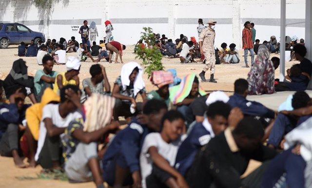 Migrantes en el centro temporal de Ain Zara, en la capital de Libia (Trípoli)