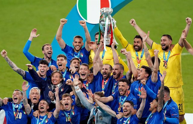 Archivo - 12 July 2021, United Kingdom, London: Italy players celebrate with the trophy after  the final whistle of the UEFA EURO 2020 final soccer match between Italy and England at Wembley Stadium. Photo: Mike Egerton/PA Wire/dpa