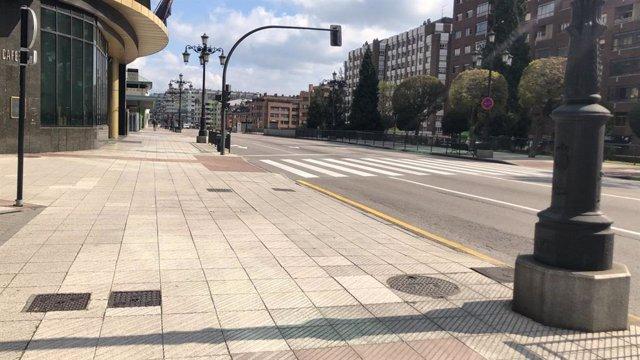 Archivo - Calles de Oviedo vacías, con gente con mascarillas por la calle y haciendo cola para entrar a supermercados durante el confinamiento por el estado de alarma por el coronavirus.