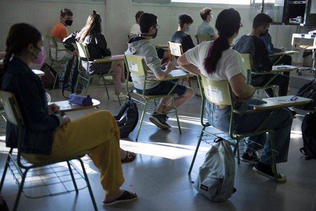 Archivo - Un grupo de estudiantes en un aula de la Facultad de Ciencias del Campus Montilivi de la Universidad de Girona para comenzar los exámenes de selectividad 2021, a 8 de junio de 2021, en Girona, Catalunya (España). Un total de 39.775 estudiantes d