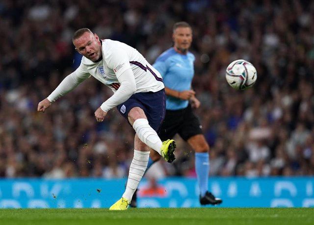 Archivo - 04 September 2021, United Kingdom, Manchester: England's Wayne Rooney attempts a shot on goal during the Soccer Aid for UNICEF match at the Etihad Stadium. Photo: Martin Rickett/PA Wire/dpa