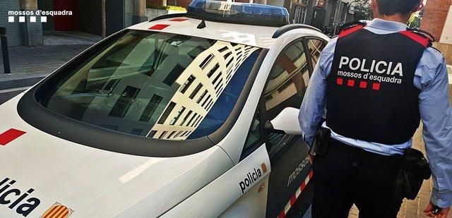 Archivo - Un agent i un cotxe de Mossos d'Esquadra en una foto d'arxiu