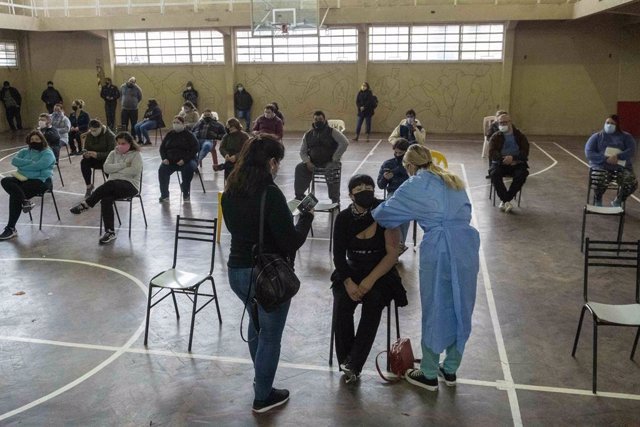 Archivo - 05 June 2021, Argentina, Firmat: A woman gets a shot of COVID-19 AstraZeneca vaccine at a medical makeshift centre. Photo: Patricio Murphy/ZUMA Wire/dpa