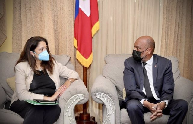La subsecretaria de Estado de Seguridad Civil, Democracia y Derechos Humanos de Estados Unidos, Uzra Zeya, junto con el primer ministro de Haití, Ariel Henry