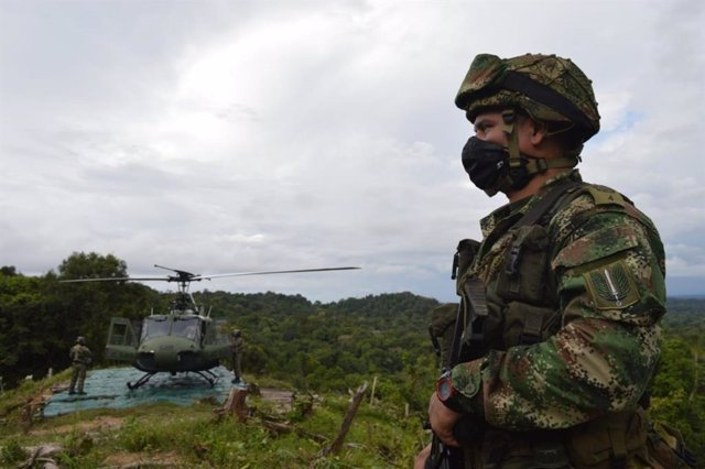 Archivo - Un soldado junto a un helicóptero en Colombia
