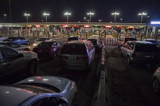 Archivo - 19 May 2020, Mexico, Tijuana: Numerous cars are parked in front of the closed Otay border crossing waiting to cross into the USA. US government has decided to restrict the opening hours of the border crossing to prevent the spread of the coronav